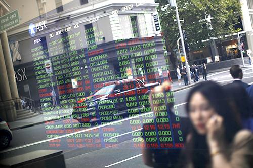 Cổ phiếu giảm giá khi các đợt bùng phát virus gây lo ngại về sự phục hồi toàn cầu