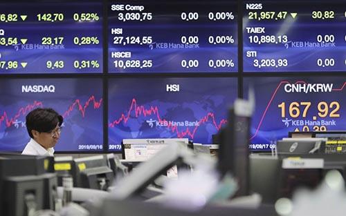 Các thị trường châu Á tăng nhẹ trước quyết định lãi suất của Fed