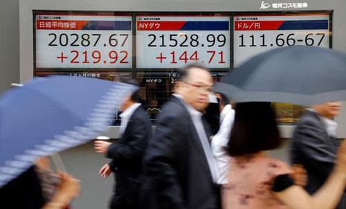 Cổ phiếu châu Á chạm mức cao trong 10 năm, giá dầu giảm nhẹ