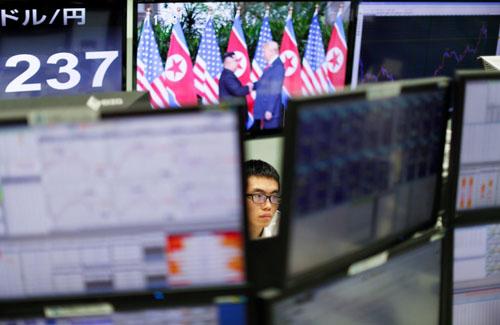 Chứng khoán biến động, dollar tăng khi cuộc họp thượng đỉnh lịch sử Trump-Kim bắt đầu